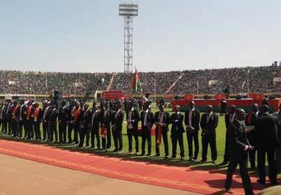 Acclamationdes joueurs nouvellement reçu à l'Ordre national du Burkina au Stade du 4 août (crédit : APA)