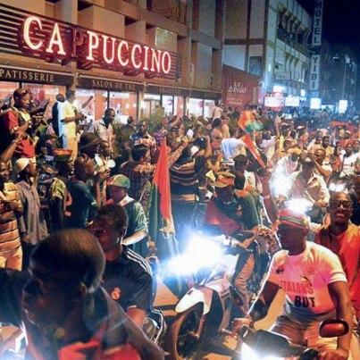 L'avenue Kwame N'Krumah - l'équivalent de Ste-Catherine ou de St-Denis - en liesse. (crédit photo : Burkina24)