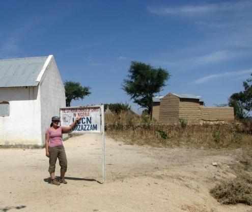 Cette photo a été prise du 4x4, qui était sur une route camerounaise... Pendant que sa passagère mettait les pied au Nigeria!
