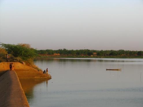 Un autre barrage découvert à la brunante à la sortie de Ouahigouya. On y pêche et les enfants s'y baigne.