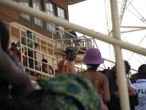 Le président du Faso, Blaise Compaoré, tel qu'aperçu de loin à la cérémonie de clôture. Il portait le boubou de circonstance.