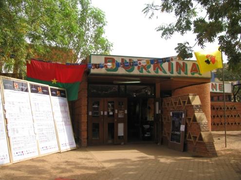 Le Ciné Burkina, une des deux seules salles de projection en activité à Ouaga... Aucune salle n'a été construite au pays depuis la révolution (1983-1987)!
