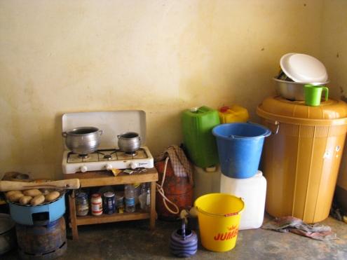 Le coin cuisine. Tous les bidons - et la grande poubelle jaune - sont remplis d'eau (transportée depuis le robinet extérieur dans la cour), en cas de coupure prolongée.