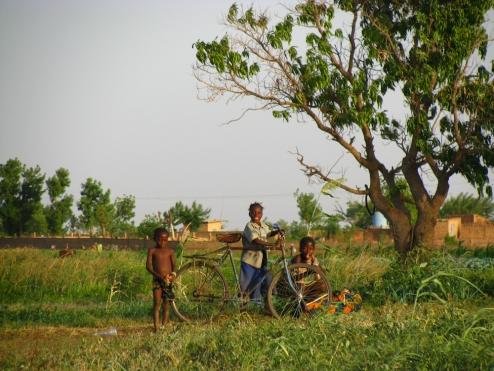 J'adore cette photo, qui représente bien les différentes réactions des petits Burkinabè quand ils me croisent : la gêne, le grand sourire et le cri «Nassara!» (le Blanc en mooré).