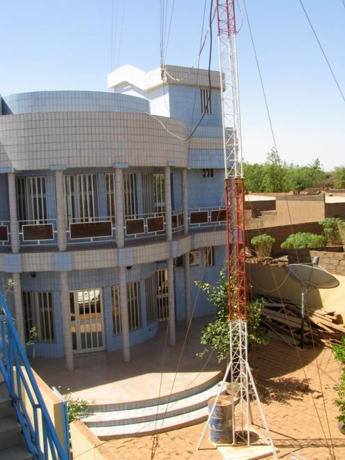 La maison du fondateur, et le bas de la (très) haute antenne, au rayonnement de 120 km, soit jusqu'au Mali.
