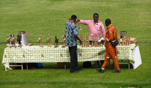 Une partie de la flopée de trophée remis à la clôture. Les chevaux les plus à gauche sont les Étalons de Yennenga, la récompense suprême pour les longs métrage. Les plus petits sont les Poulains (or, argent et bronze), pour les meilleurs court-métrages.