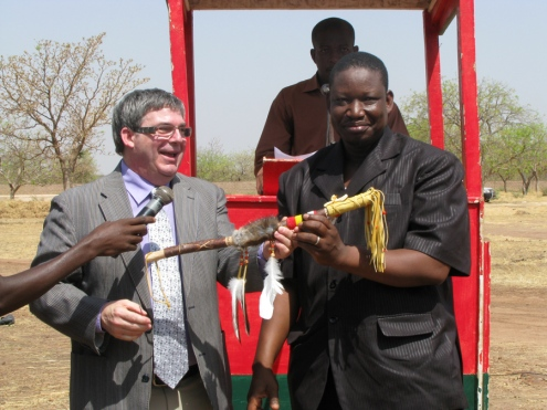 Le secrétaire général de l'UPA DI, André Beaudoin, a remis un bâton de la parole au président de l'UGCPA\BM. La pièce a été réalisée expressément pour l'occasion par une artisane huronne-wendat de Wendake, près de Québec.