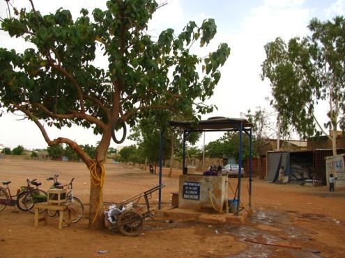 L'une des deux bornes-fontaines du quartier, pour les nombreux résidents qui n'ont pas l'eau courante dans leur cours... et encore moins dans leur maison!