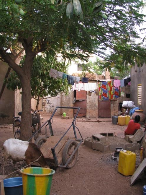 La cours commune d'une famille de déplacés à la trame d'accueil de Ouaga 2000.