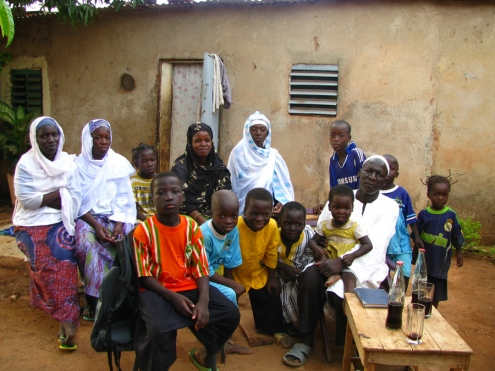 Portrait de famille : un mari, deux femmes et dix enfants