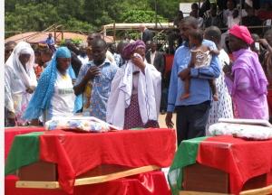 Les familles des martyrs se sont recueillis sur les dépouilles de leurs proches à la place de la Révolution.